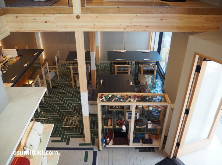 二階へと続く階段から1階を見たところ(KOTOWARI KYOTO)