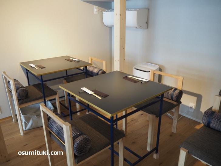 二階にもテーブル席と座敷があります(KOTOWARI KYOTO)