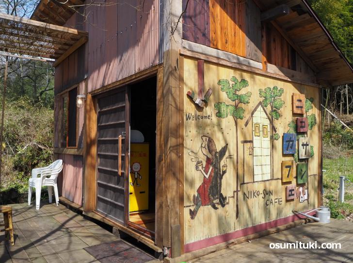 自宅敷地の小屋がカフェになっています(ニコサンカフェ)