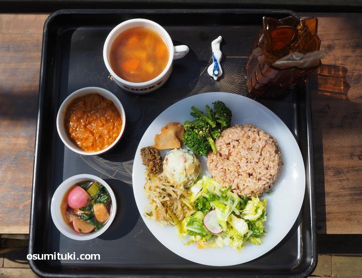 メイン(1種)+お惣菜(6種)+雑穀入り玄米ごはん+スープ