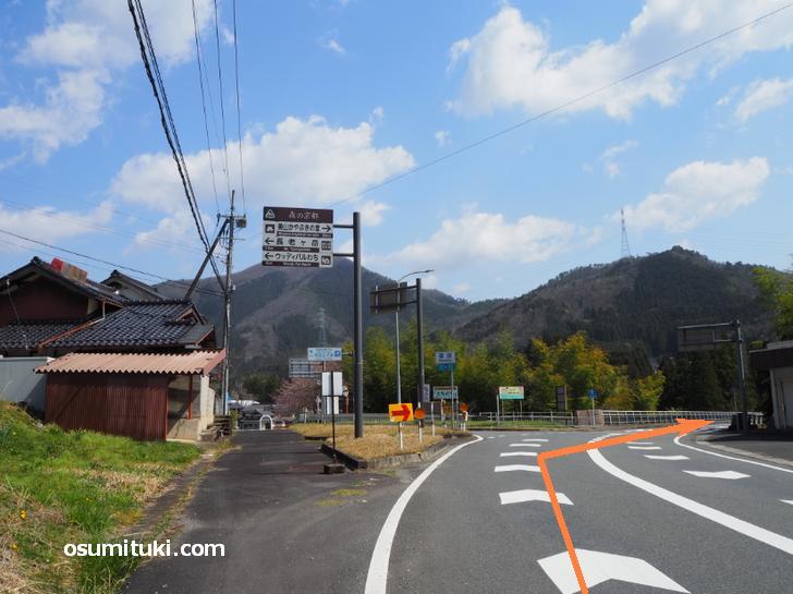 篠原の交差点を道なり(右)へ由良川を越えます