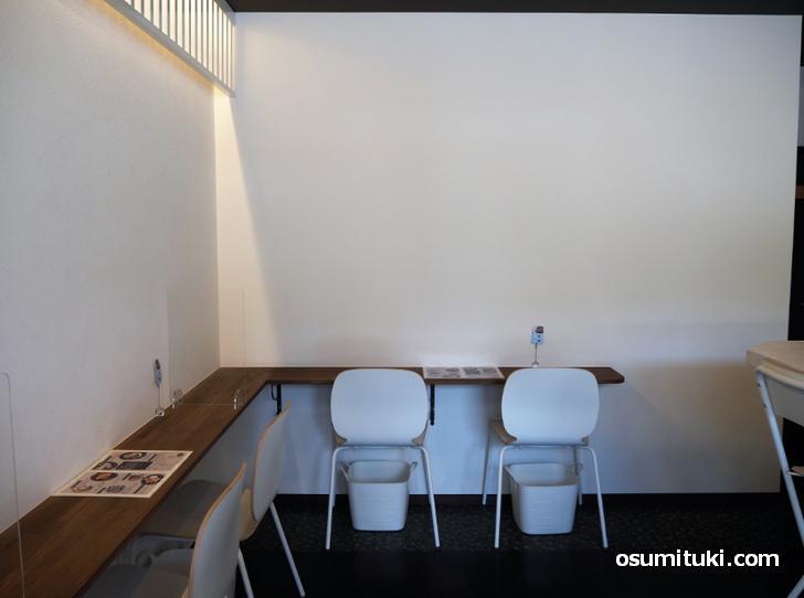 壁際のカウンター席