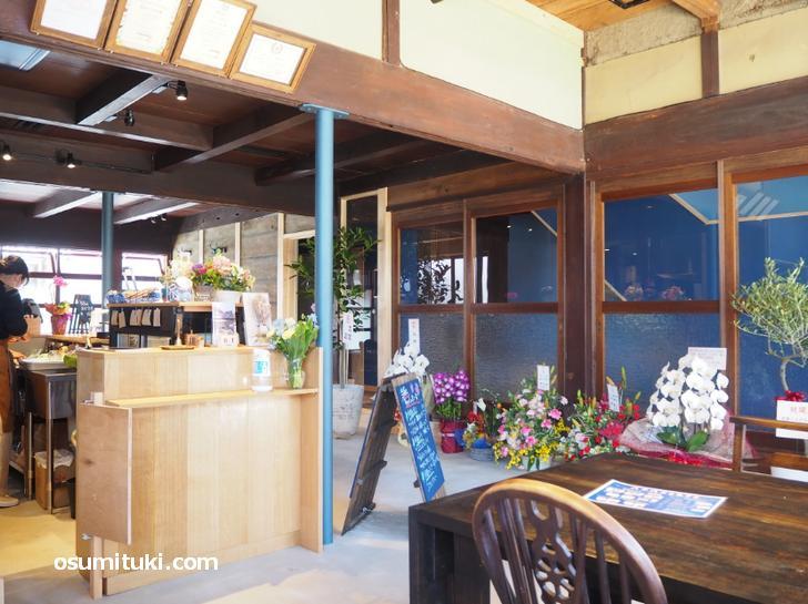 椅子やテーブルも古民家カフェらしいデザイン