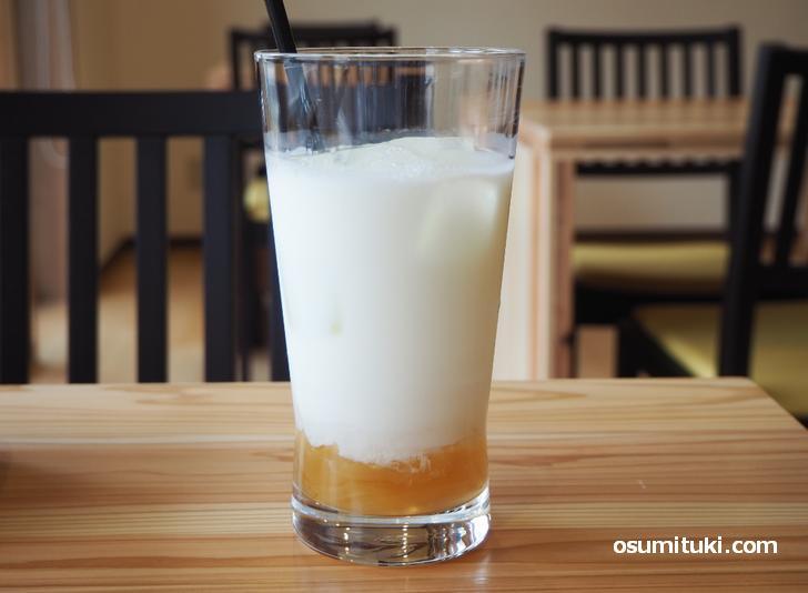 生姜とミルクのフレーバードリンク(450円、セットなら400円)