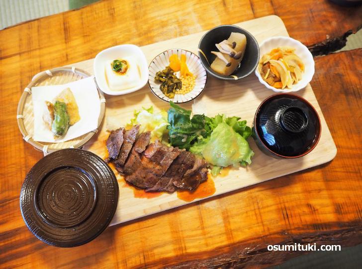 牛ステーキの溶岩焼き(1800円)