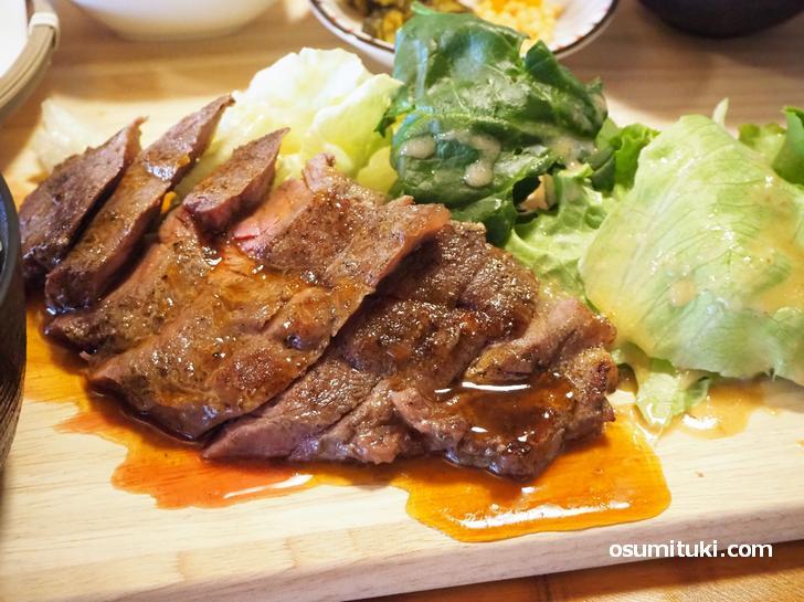 ステーキはとても柔らかくてものすごく美味しいです!