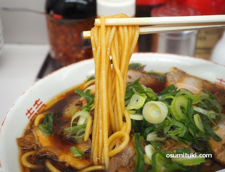 麺は中太の熟成麺でスープを吸ってあめ色になっています