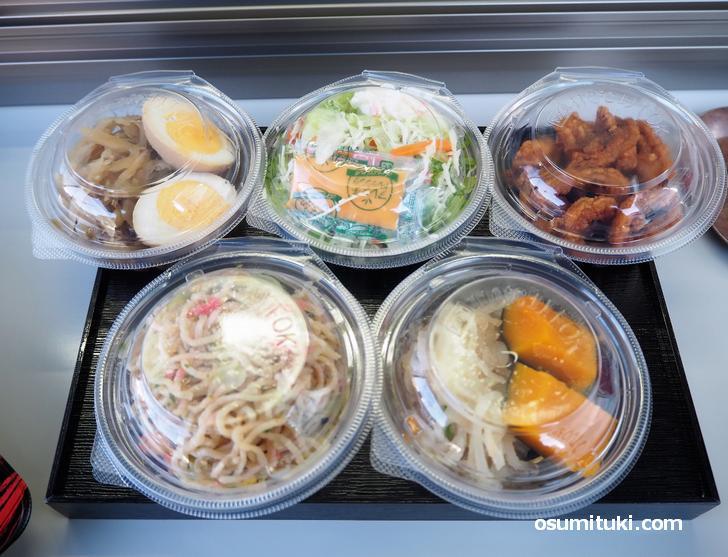 お惣菜やサラダは1個100円(税込)で販売
