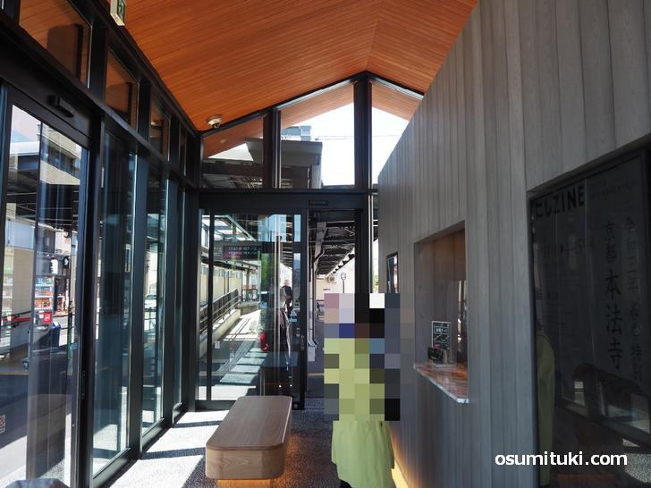 新駅舎の中には案内所が設置、ベンチもあります