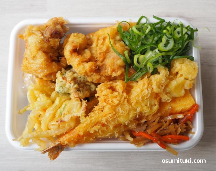 天ぷら4種(620円)鶏もも天(2個)・えび天・野菜バラ天・ちくわ磯辺天