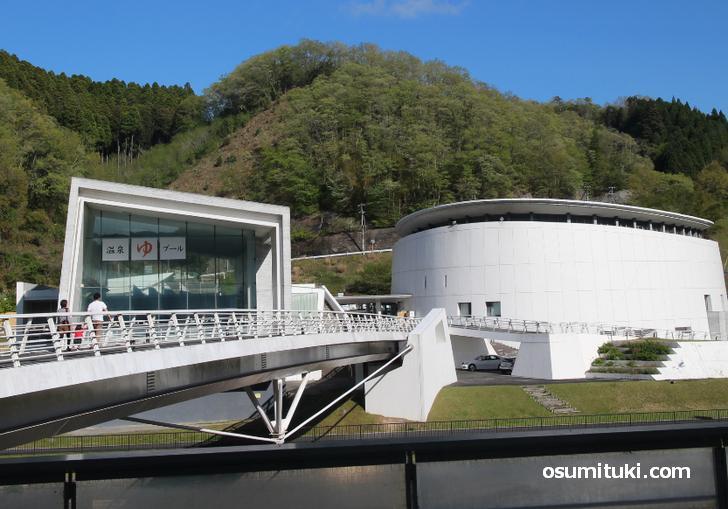 道の駅の奥に「温水プールと天然温泉」があります