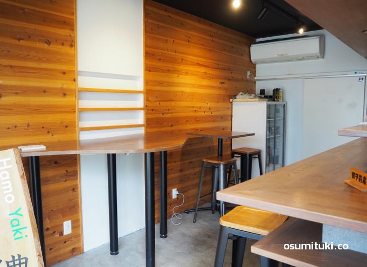 鱧カツサンドの店の店内にはカウンターや立ち飲みテーブルが設置されています