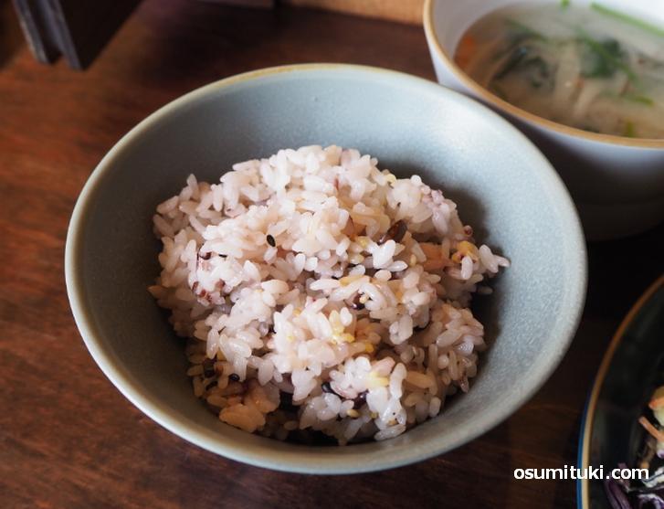 雑穀米ごはんを選びました(もしくはパン)