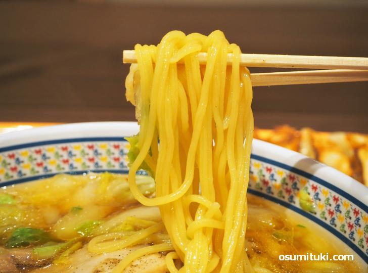 麺は中太の玉子麺を使用