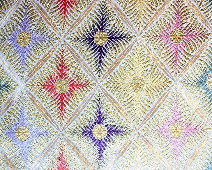 西陣織金襴とは、きらびやかに輝く金襴生地で織られた西陣織のこと