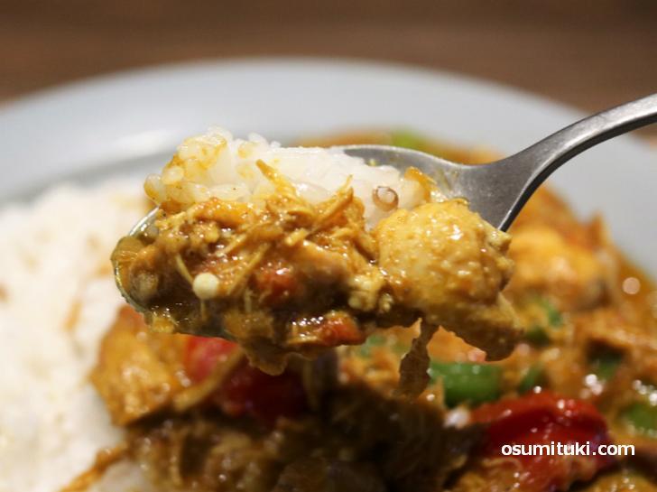 お野菜も鶏肉もたっぷりなカレーでとても美味しいです(すこやか食堂)