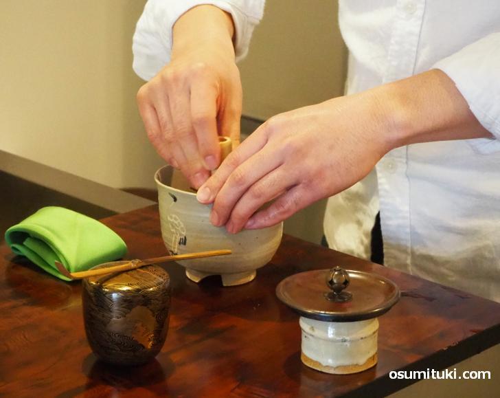 茶道具のプロが茶筅でコーヒーを点てます