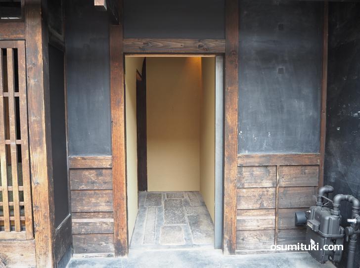 入口の戸が開いていれば開店中(すがり)