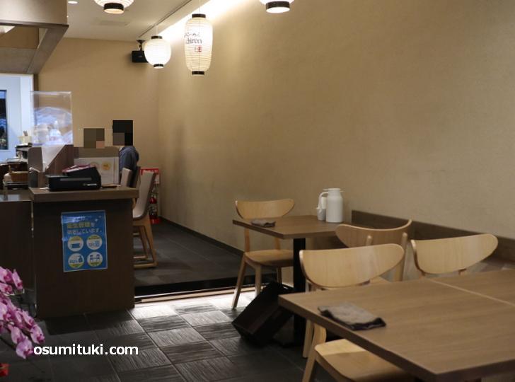 奥に厨房とカウンターが4席、手前にテーブル席があります(ichiren KYOTO)