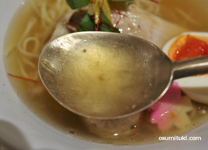 スッキリと澄んだスープでありながら濃厚な味わい