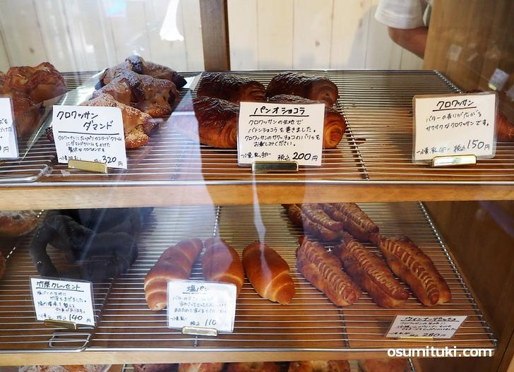 コロナ対策でショーケースに陳列されているパン