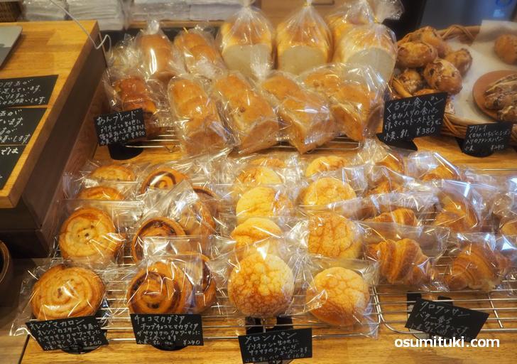 パンは親しみやすい種類が多く、値段は1個250円前後