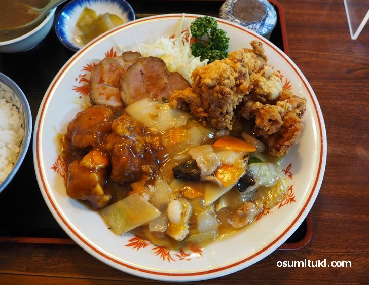 白菜やエビにタコや豚肉の八宝菜が美味しい