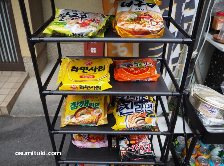 韓国の袋麺や缶ジュースも販売(もぐもぐ℃-uとん)