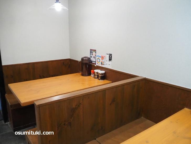 テーブル席は2卓と少な目です