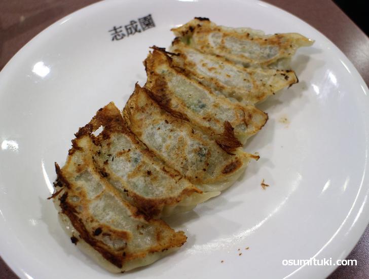 志成園の名物「餃子(300円)」