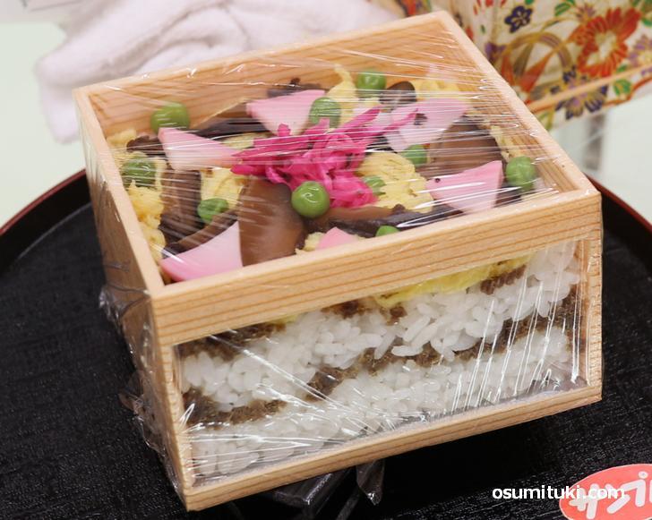 鯖のおぼろと数々の具材を「まつぶた(木箱)」に重ねた寿司