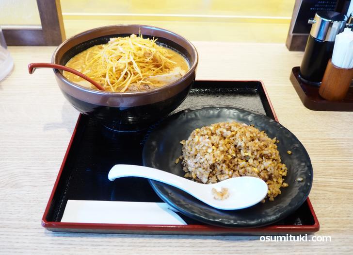北海道味噌肉ネギらーめん(979円)とミニ味噌チャーハン(363円)
