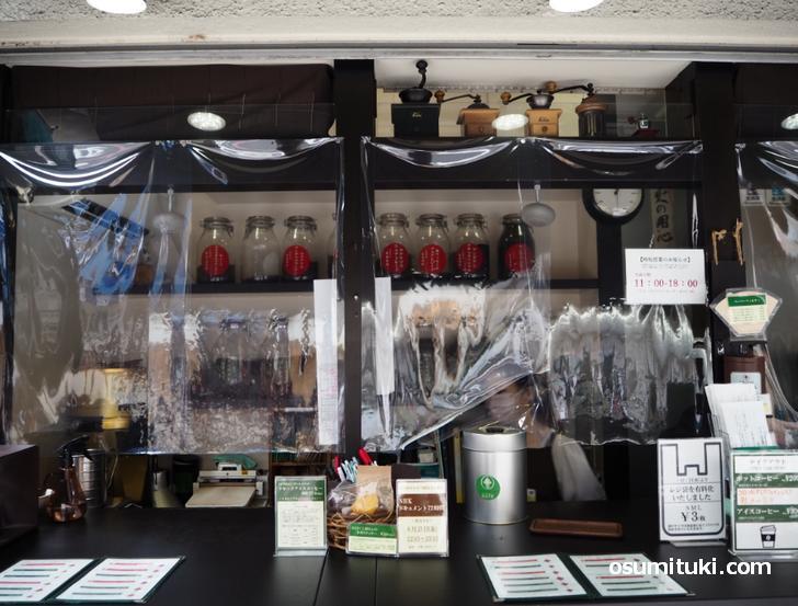 お店は2坪くらい、棚にはコーヒー豆が並ぶ(びーんず亭)