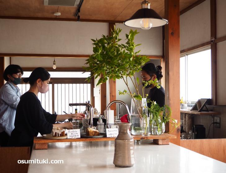 厨房と来客スペースに隔てがないカフェです(& laboratory)