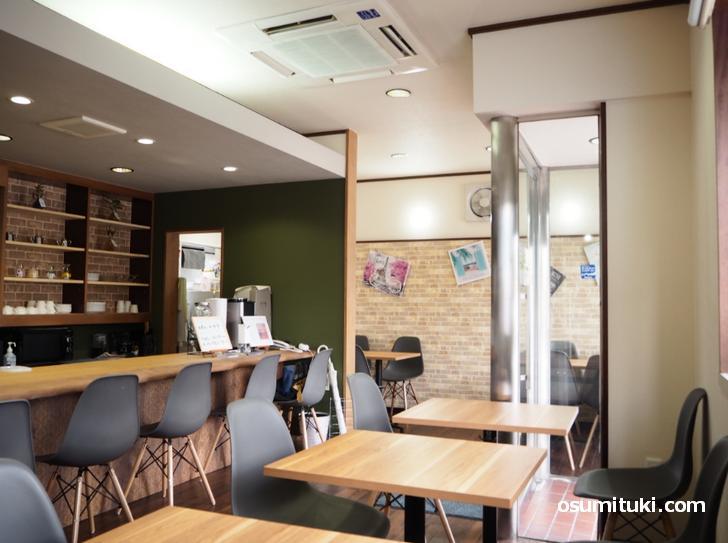 窓が多く明るい雰囲気、2名テーブルとカウンター席があります(CAFE りあん)