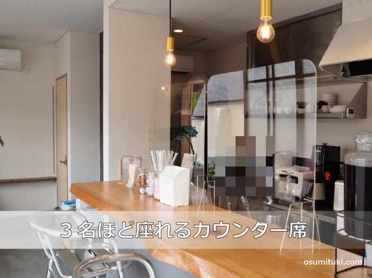 外から中が見えるオープンスタイルのカフェです